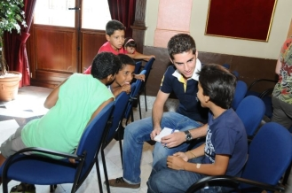 Entrevista a niños saharauis para un reportaje publicado en el diario 'Ciudad de Alcoy' (julio 2011   Foto: Xavi Terol)