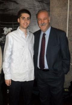 El seleccionador español, Vicente del Bosque, tras una entrevista para un trabajo académico (marzo 2011)